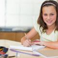 bambina fa i compitini