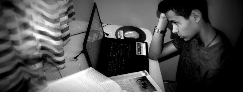 ragazzo studiando esame con ansia
