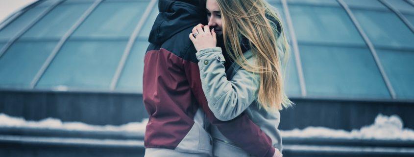adolescenti abbraccio