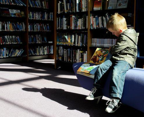 Bambino-leggendo