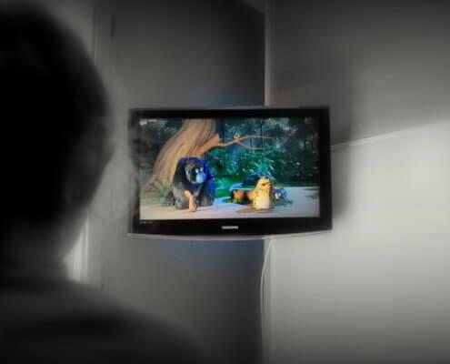 bambina-guarda-la-tv