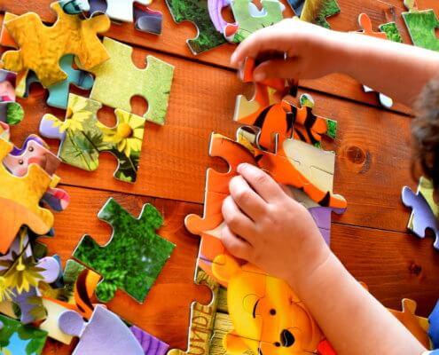 Bambino-gioco-puzzle